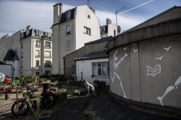 La terrasse de l\'appartement parisien de Boris Vian, derrière le Moulin Rouge.