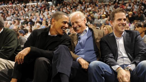 Barack Obama, Joe Biden et Hunter Biden lors d\'un match de basket à Washington (Etats-Unis), le 30 janvier 2010.
