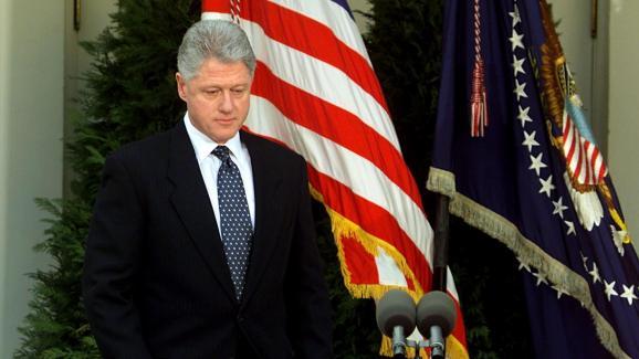 Bill Clinton réagit à son acquittement par le Sénat à la fin d\'une procédure de destitution, le 12 février 1999.