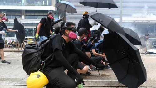 Manifestations à Hong Kong : le gouvernement invoque une loi d'urgence pour interdire le port du masque