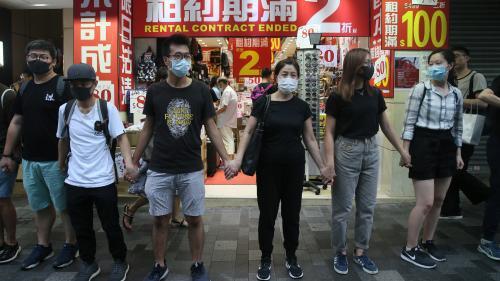 Hong Kong : des centaines de manifestants défient les autorités en portant un masque