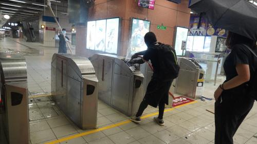 Manifestations à Hong Kong : les transports publics arrêtés après des affrontements