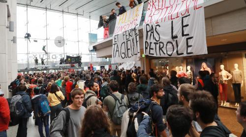 """VIDEO. Des militants pour le climat et des """"gilets jaunes"""" occupent un centre commercial à Paris"""