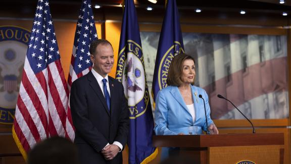 Les élus démocrates Adam Schiff et Nancy Pelosi, meneurs de la procédure de destitution engagée contre Donald Trump, lors d\'une conférence de presse à Washington (Etats-Unis), le 2 octobre 2019.