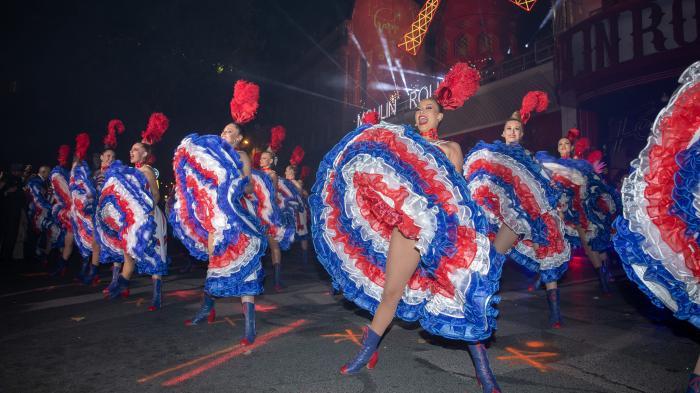 Un French Cancan endiablé devant le Moulin-Rouge pour célébrer les 130 ans du mythique cabaret