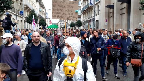 """""""Arrêtez de nous enfumer"""" : plusieurs centaines de personnes manifestent à Rouen pour demander la """"vérité"""" sur l'incendie de Lubrizol"""