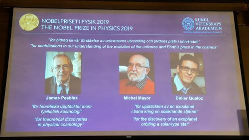 Prix Nobel de physique : deux Suisses récompensés pour la découverte de la première exoplanète et un Canado-Américain pour ses travaux en cosmologie