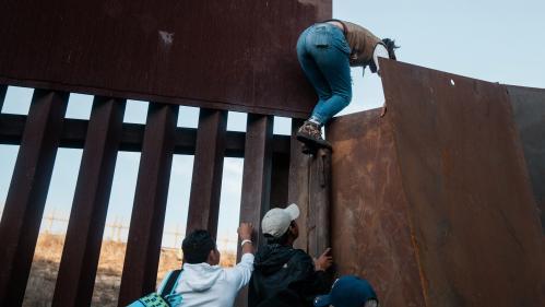 """""""Beaucoup perdent espoir"""" : les États-Unis annonce avoir intercépté près d'un million de migrants à la frontière avec le Mexique"""
