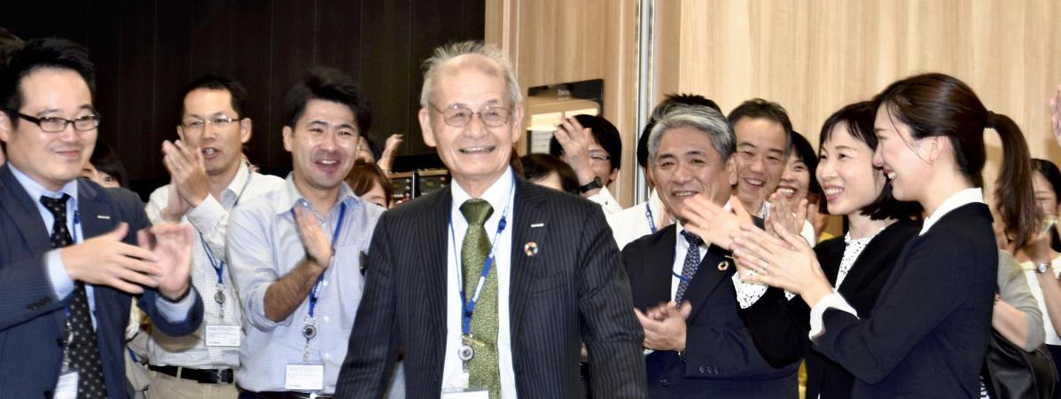 Le japonais Akira Yoshino est acclamé par les siens à l\'université Asahi Kasei de Tokyo (Japon), mercredi 9 octobre 2019.