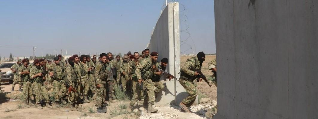 Des membres de l\'Armée nationale syrienne, alliée de la Turquie, entrent sur le territoire syrien dans le cadre de l\'offensive turque contre les Kurdes en Syrie, le 10 octobre 2019.
