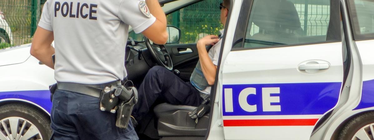 Deux policiers armés (illustration).