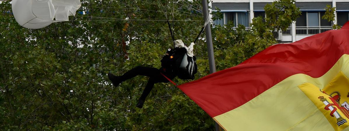 Un parachutiste heurte un lampadaire lors d\'undéfilé militaire à Madrid, le 12 octobre 2019.
