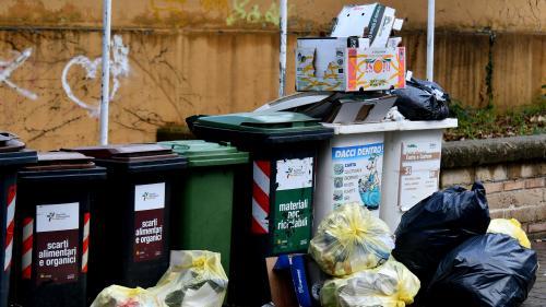 """""""Quelqu'un est censé venir prendre tes ordures mais personne ne vient"""" : à Rome, les ordures continuent de s'entasser dans les rues"""