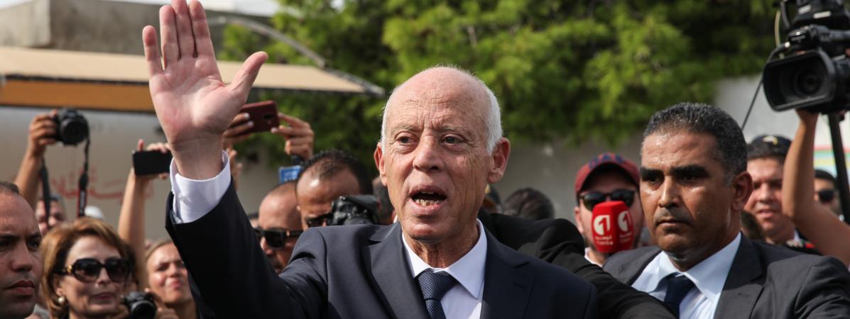 Kais Saied salue des gens dans la rue à Tunis (Tunisie), le 13 octobre 2019.