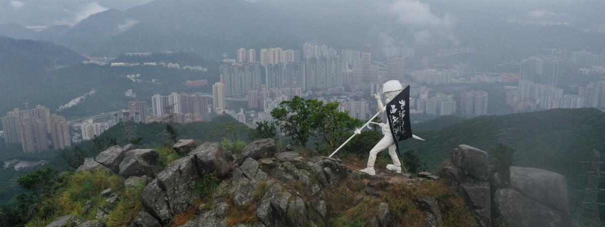 VIDEO. Hong Kong : des manifestants érigent une statue de la liberté en haut d'une montagne