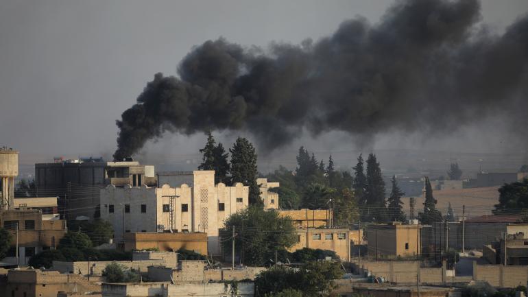 Une colonne de fumée s\'échappe de la ville syrienne de Tel Abyad, photographiée le 13 octobre 2019 depuis la localité turque d\'Akcakale.