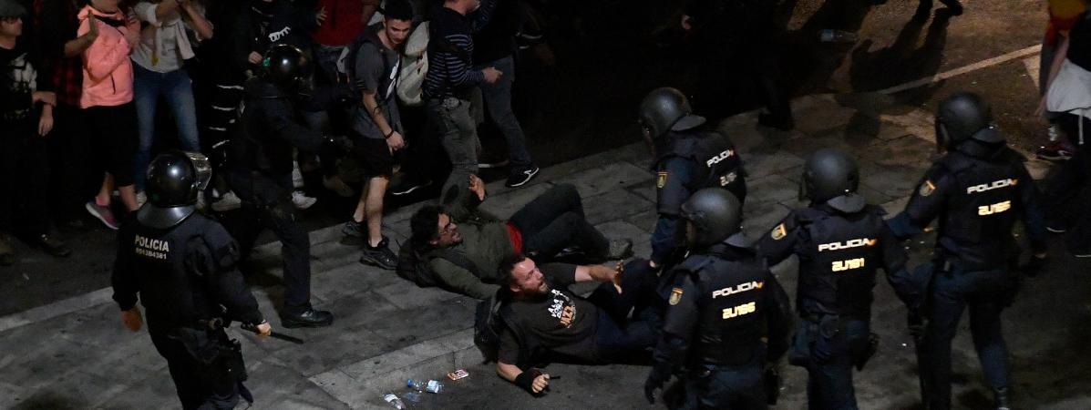 Barcelone : des milliers de manifestants tentent de bloquer l'aéroport pour protester contre la condamnatio...
