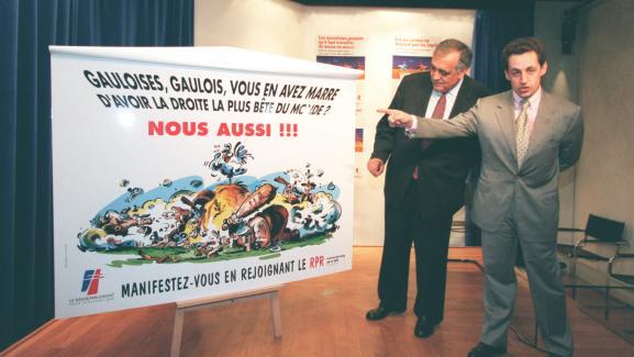 Philippe Séguin et Nicolas Sarkozy présentent la nouvelle affiche du RPR au Palais des Congrès, le 14 mai 1998.