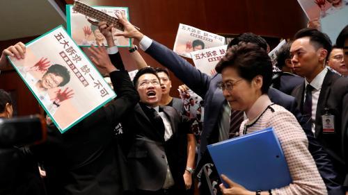 Hong Kong : chahutée au Parlement, la chef de l'exécutif contrainte de renoncer à son discours de politique générale