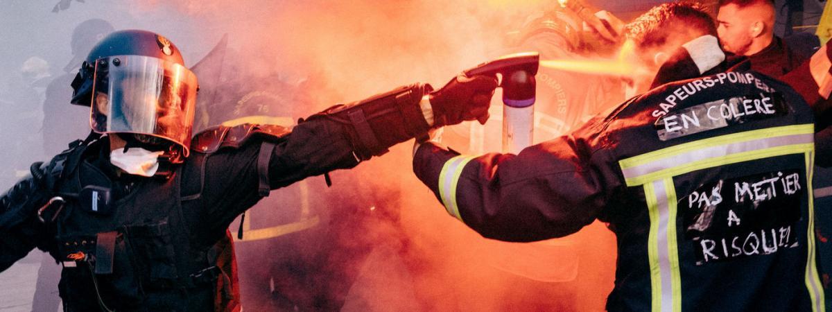 Pompier aspergé de gaz lacrymogène par un policier : le journaliste à l'origine du cliché raconte la scène