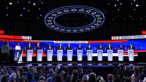 """Etats-Unis : destitution de Trump, attaques contre Warren et """"pleine forme"""" de Sanders... Ce qu'il faut retenir du quatrième débat de la primaire démocrate"""