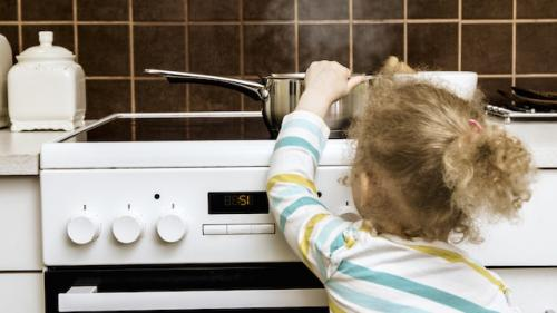 Un enfant se brûle : quels sont les bons réflexes à avoir ?