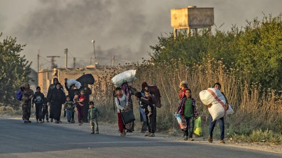 Des civils syriens et kurdes fuient les bombes turquesà Ras al-Aïn, dans le nord-est de la Syrie, le 9 octobre 2019.