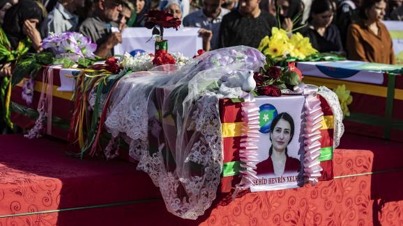 De nombreux civils assistent à l\'enterrement d\'Hevrin Khalaf, chef d\'un parti pro-kurdes exécutée le 12 octobre 2019.