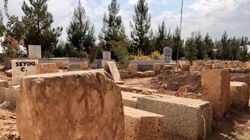 """""""En détruisant le cimetière, ils les ont tués une deuxième fois"""" : à Suruç en Turquie, les stèles des combattants kurdes détruites"""
