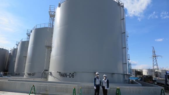 Deux employés de Tepco devant des réservoirs d\'eau radioactive, le 31 janvier 2019, sur le site de la centrale nucléaire accidentée de Fukushima (Japon).