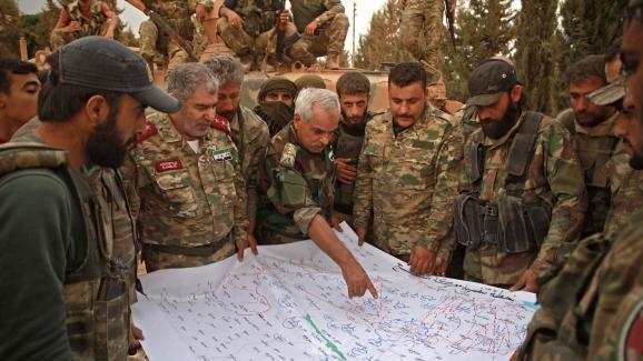 Adnan Ahmad, chef de l\'Armée nationale syrienne, groupe rebelle qui sert d\'infanterie à Ankara, lors d\'une réunion stratégique à propos de Manbij, dans le nord de la Syrie, le 16 octobre 2019.