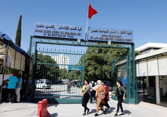 L\'entrée de l\'université Tunis El Manar, le 14 octobre 2019. Les jeunes ont voté massivement en faveur de la candidature de Kaïs Shaïed, élu la veille à la présidence de la Tunisie.