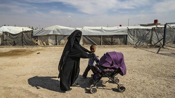 """""""Elle ne mérite pas de mourir"""" : la famille d'une jihadiste française retenue en Syrie compte porter plainte contre deux ministres"""