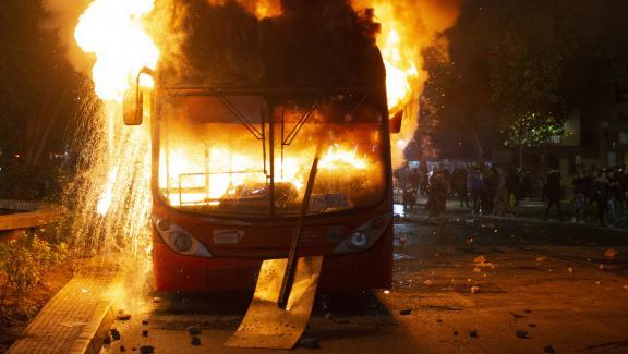 Un autobus incendié à Santiago (Chili), vendredi 18 octobre 2019.