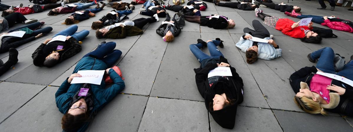 """""""Macron, il faut se réveiller !"""" : des personnes s'allongent sur le sol à Paris pour protester contre les f..."""