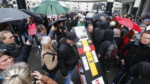 """""""Pas de liberté pour les bourreaux d'enfants"""" : à Bruxelles, une """"marche noire"""" contre la demande de libération conditionnelle de Marc Dutroux"""