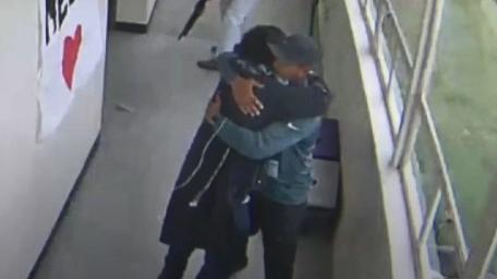 VIDEO. Etats-Unis : un professeur de sport serre dans ses bras un élève armé et parvient à le calmer dans un lycée
