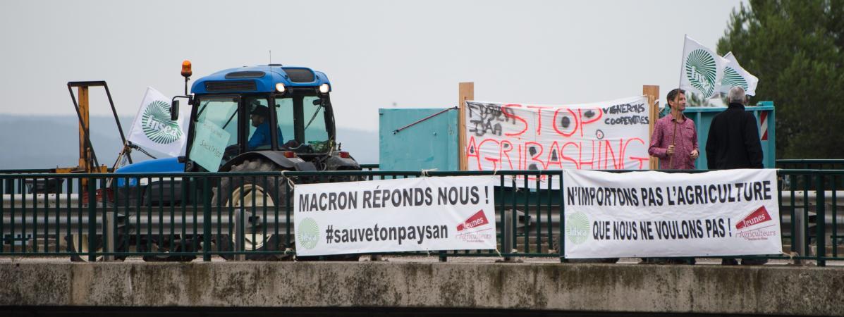 """Des agriculteurs protestent contre l\'\""""agribashing\"""" dont ils s\'estiment victimes, mardi 22 octobre 2019 à Aix-en-Provence (Bouches-du-Rhône)."""