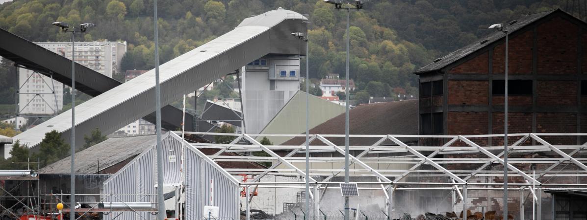 Robot télécommandé, brumisateurs anti-odeurs… Quatre questions sur l'opération de dépollution de l'usine Lu...