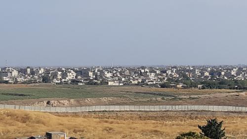 """""""Ils ne partiront pas"""" : à la frontière turque avec la Syrie, on ne croit pas au départ des combattants kurdes"""