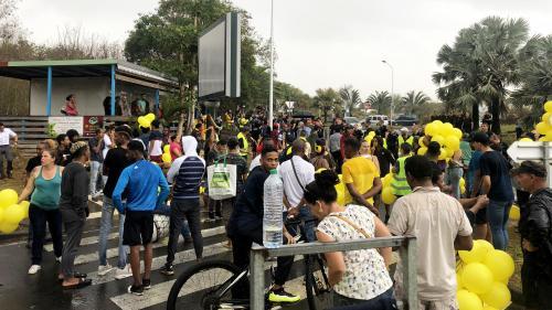 """""""Il n'y a plus rien, ici!"""": à La Réunion, les habitants confrontent Emmanuel Macron à leurs difficultés sociales"""