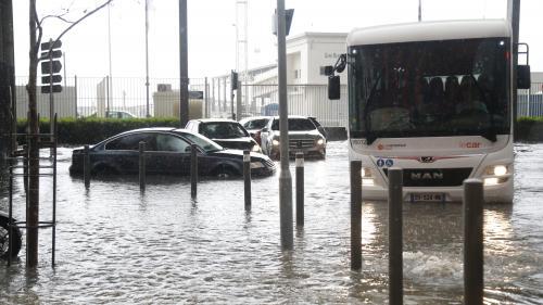 """""""On a vu une main qui tapait sur la vitre"""" : des policiers racontent le sauvetage d'un automobiliste piégé dans une inondation à Marseille"""