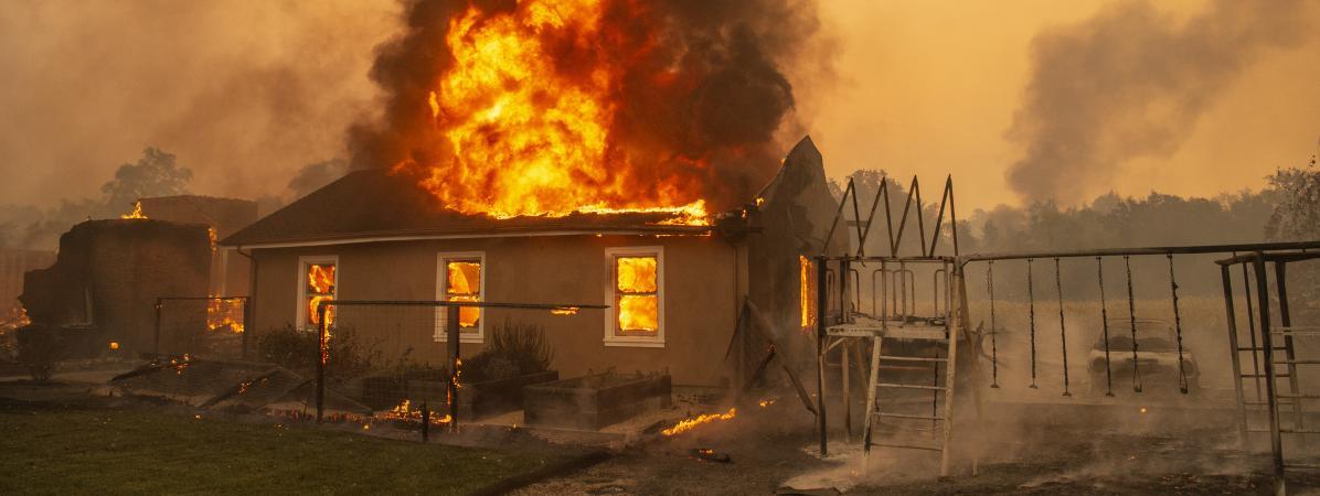 Une maison brûle à Geyserville, en Californie (Etats-Unis), le 24 octobre 2019.