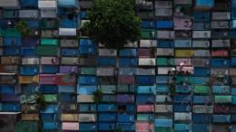 France 2 part à la découverte d\'étonnants cimetières à travers le monde. Aux Philippines, des cercueils sont suspendus aux falaises à la vue de tous.