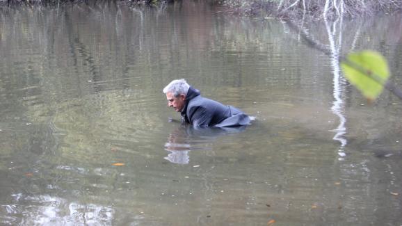 Un acteur jouant le rôle de Robert Boulin se positionne dans l\'étang Rompu (Yvelines), le 28 octobre 2019, lors d\'une reconstitution organisée par Fabienne Boulin Burgeat.