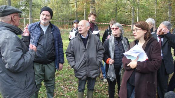 Fabienne Boulin Burgeat (au centre, avec des lunettes rouges) entourée de son avocate et de divers témoins, le 28 octobre 2019, lors d\'une reconstitution organisée à l\'étang Rompu, dans la forêt de Rambouillet (Yvelines).