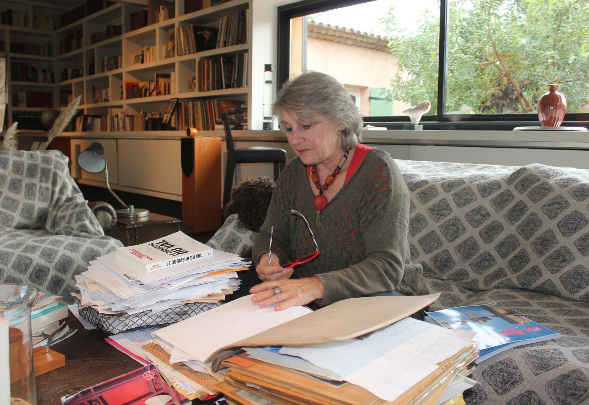 Fabienne Boulin Burgeat, le 23 octobre 2019, au milieu de ses dossiers concernant l\'affaire Boulin, dans sa maison de Ramatuelle (Var).
