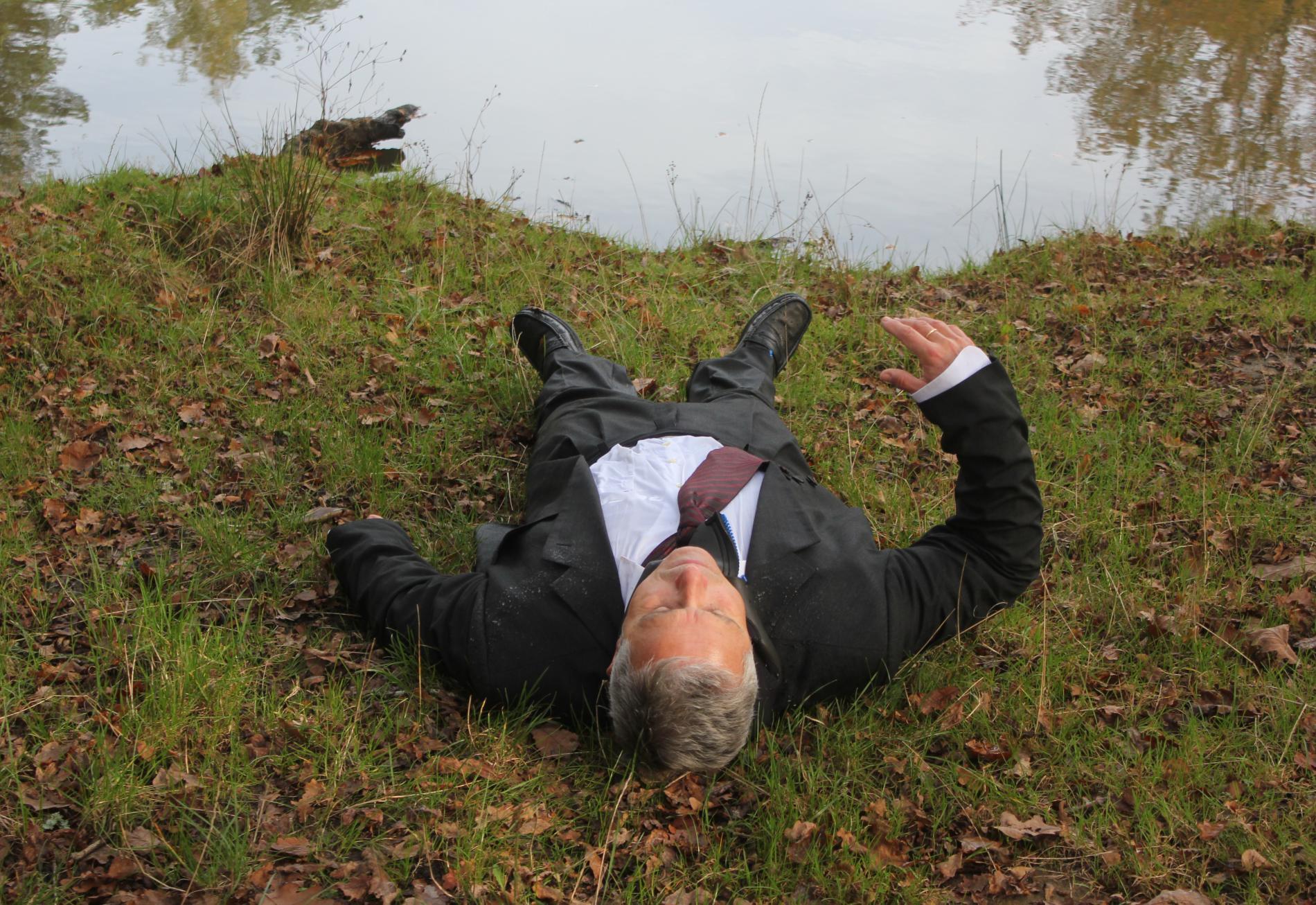 Un acteur reproduit la position du cadavre de Robert Boulin après avoir été sorti de l\'eau, le 28 octobre 2019,sur les berges de l\'étang Rompu (Yvelines).