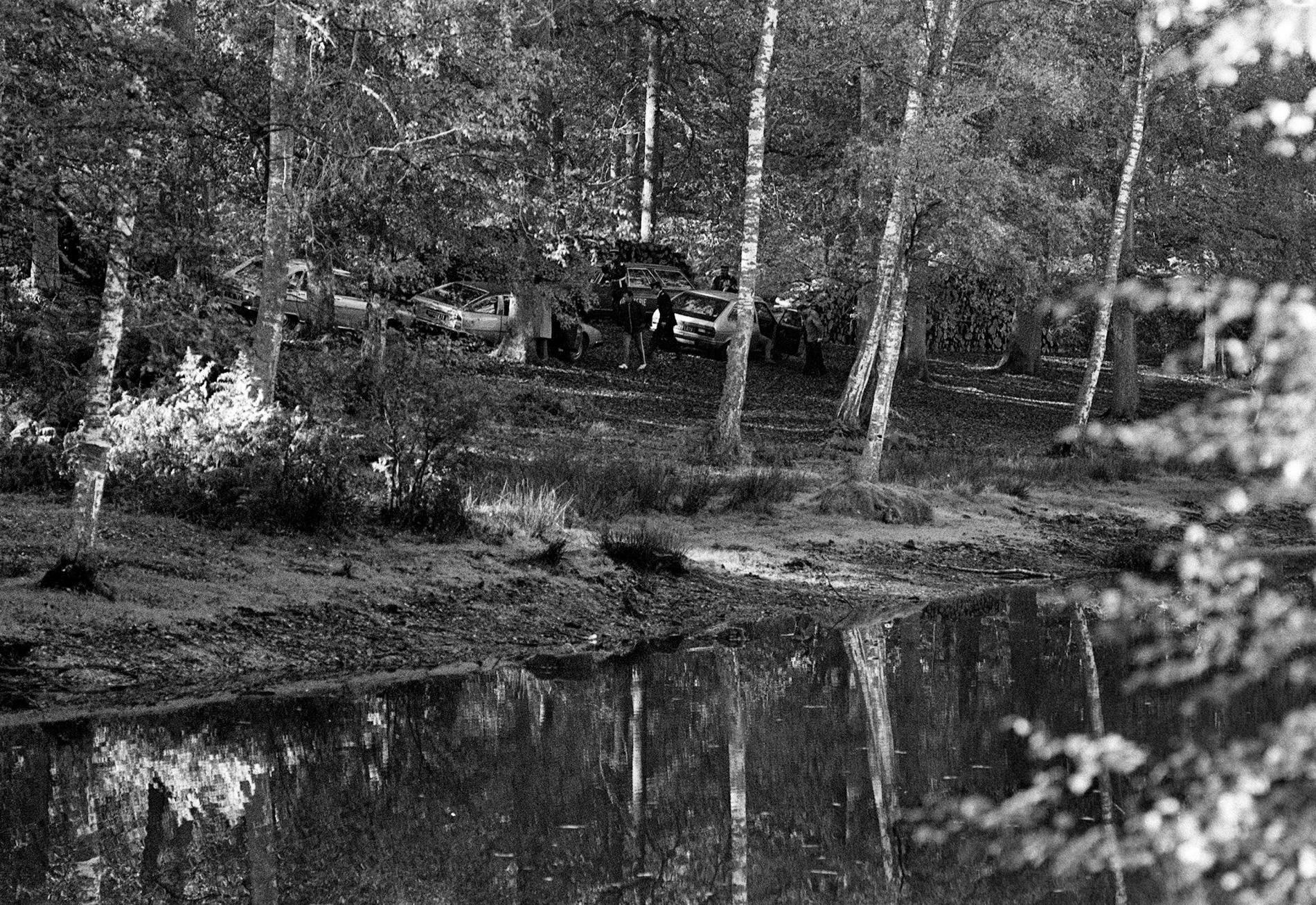 Des policiers examinentles lieux près de l\'étang Rompu, dans la forêt de Rambouillet (Yvelines), le 30 octobre 1979, après la découverte du corps du ministre Robert Boulin.