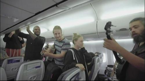 Bloqué trois heures dans un avion, le groupe suisse Nalu improvise un concert pour faire patienter les passagers